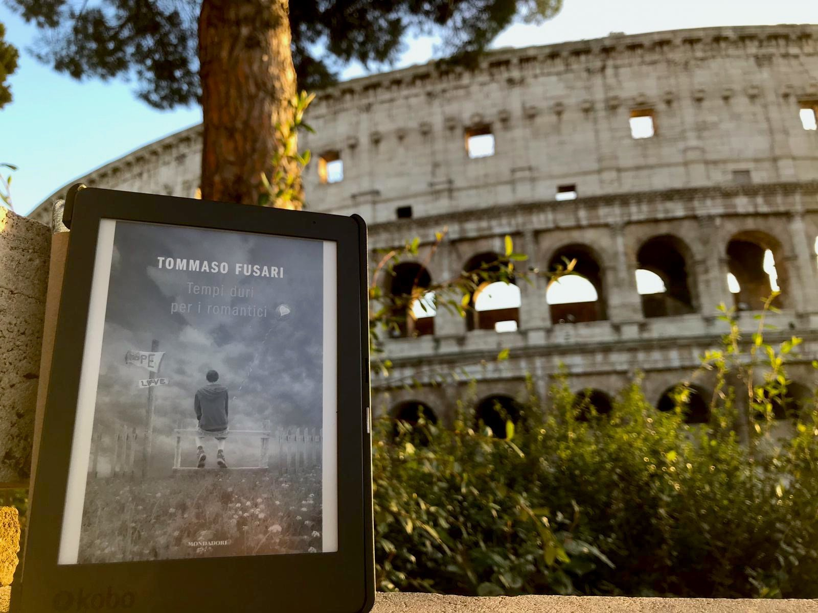 «Tempi duri per i romantici» un libro di Tommaso Fusari.